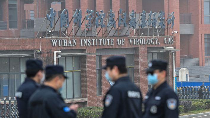 Güvenlik personeli, bir pandemiyi tetikleyen virüs olan SARS-CoV-2'nin kökenlerini araştıran Dünya Sağlık Örgütü ekibinin 3 Şubat'taki ziyareti sırasında Wuhan Viroloji Enstitüsü'nün dışında nöbet tutuyor.