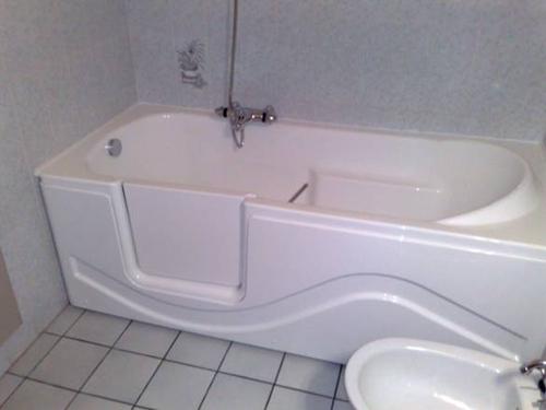 baignoire pour personnes handicapees