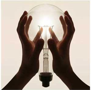 une ampoule s'allume entre deux mains