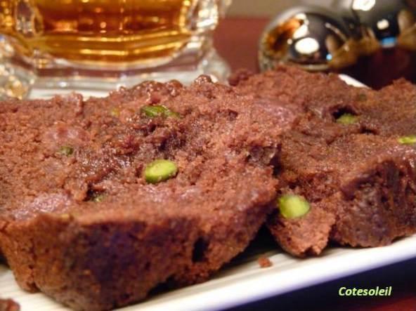 CAKE AU CHOCOLAT NOIR, PISTACHES & GRIOTTES