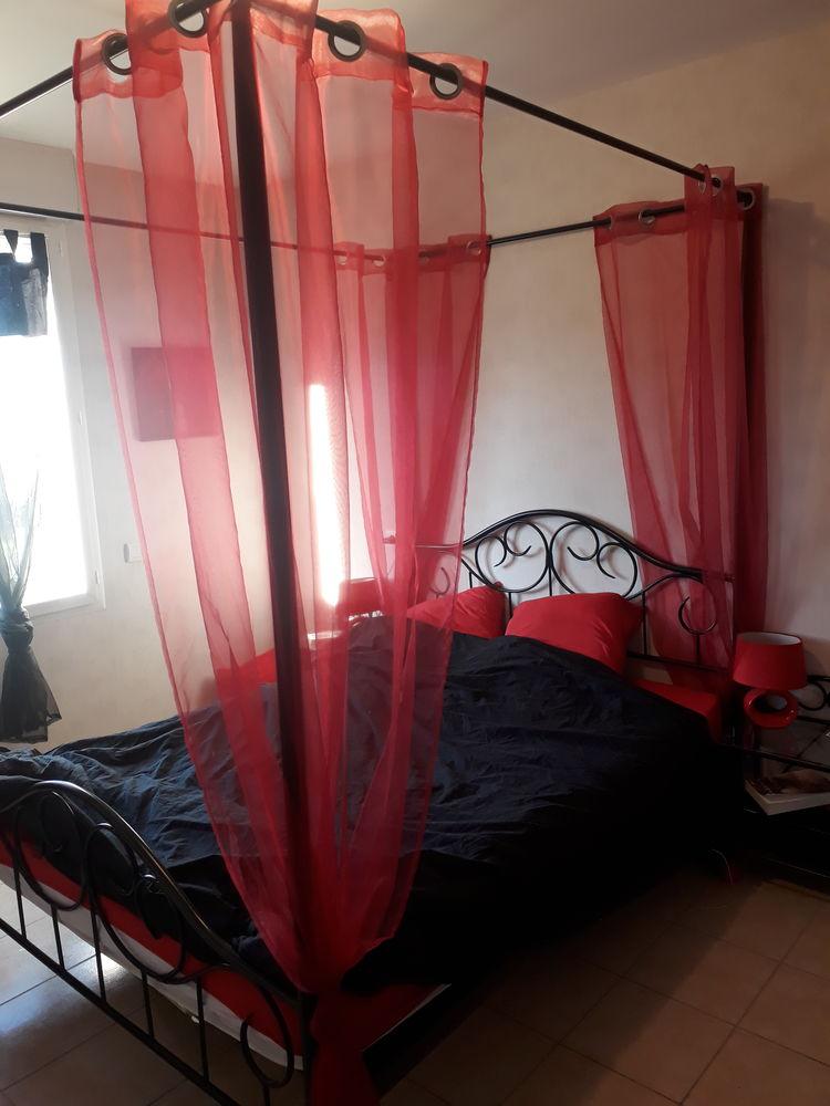 lit baldaquin avec rideaux et table de chevet assorti a 150
