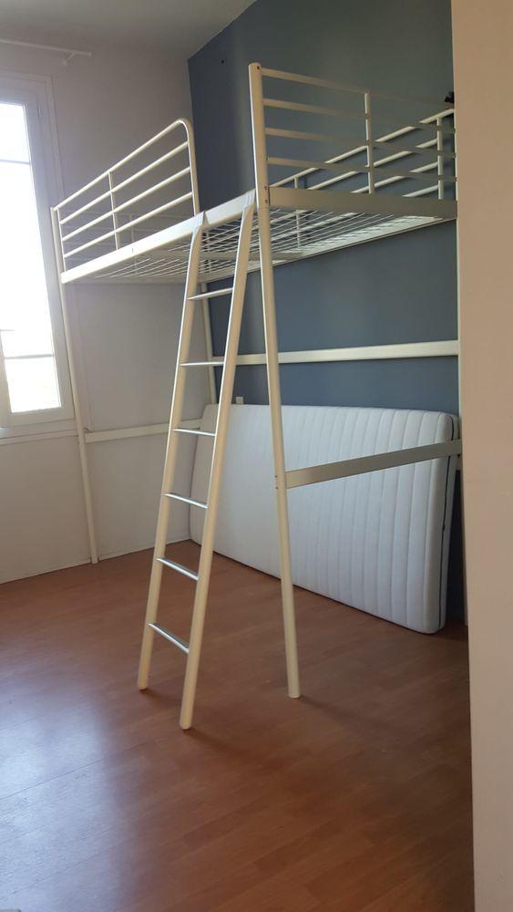 lit mezzanine en fer blanc avec son matelas