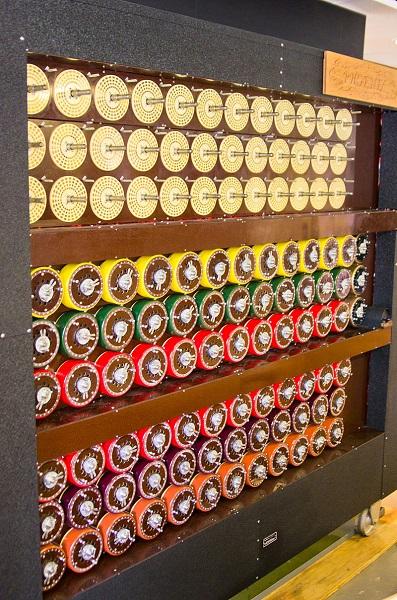 """Η The Bombe στο Μπλέτσλεϊ Παρκ (Antoine Taveneaux - Own work. Licensed under CC BY-SA 3.0 via <a href=""""https://commons.wikimedia.org/wiki/File:Bletchley_Park_Bombe4.jpg#/media/File:Bletchley_Park_Bombe4.jpg"""" title="""""""" target=""""_blank"""">Commons</a>)"""