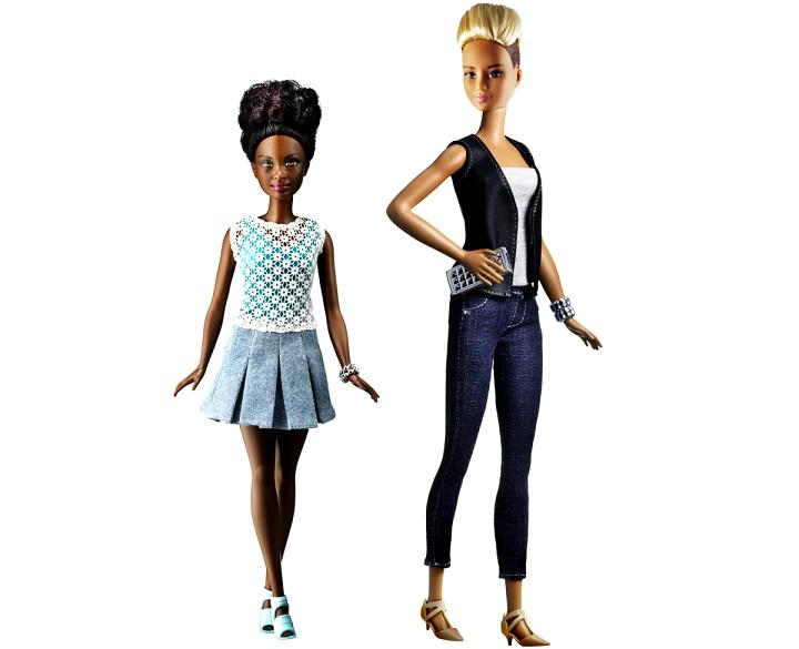 Η petite Barbie δίπλα στην tall Barbie
