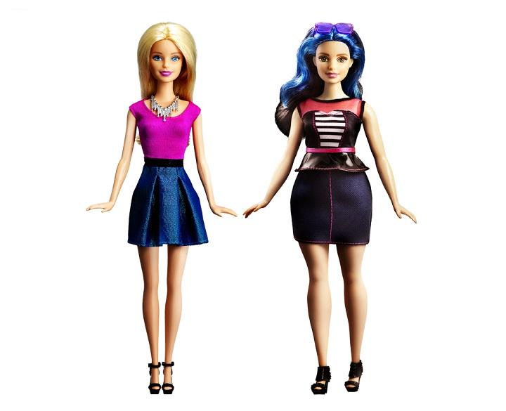 Η κλασική Barbie (αριστερά), δίπλα στην curvy Barbie