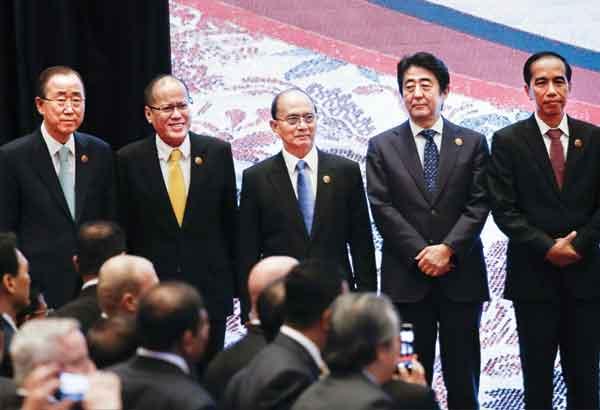 President Aquino of The Philippines bids goodbye to his ...