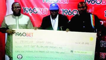 Godwin Ighodalo receiving his prize money