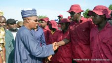 governor-shettima-in-handshake-with-newly-recruited-operatives-of-vigilante-group-of-nigeria-in-bama
