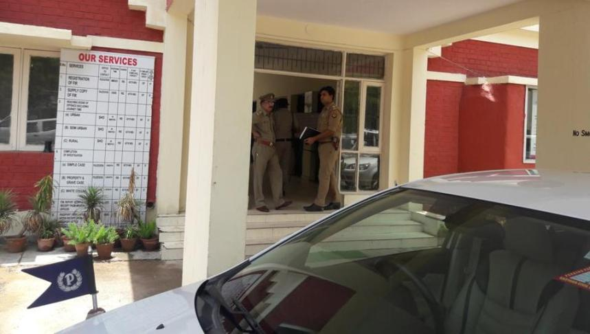 Cops from Greater Noida have arrived with the victim at Sector 29 police station in Gurgaon.(Abhishek Behl/HTPhoto) [Photo Credit: Hindustan Times]