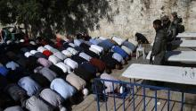 Palestinian Muslim worshipers, who refuse to enter al-Aqsa Mosque compound due to new measures by Israeli regime, pray near a main entrance to the religious site in the Old City of Jerusalem al-Quds, on July 16, 2017. (Photo by AFP)