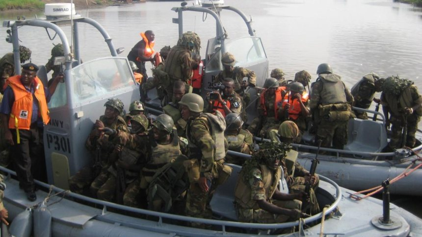 Nigerian troops in a boat  [Photo: The Guardian Nigeria]