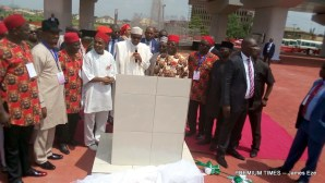 Buhari reading the plague after commissioning the Akanu Ibiam flyover in Abakaliki-001