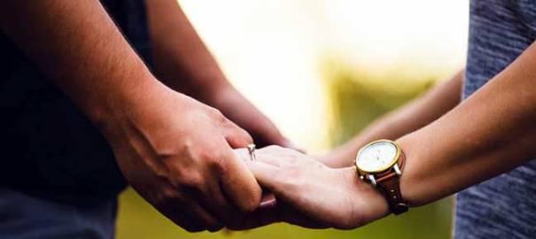 Couple holding hands (dating) Kaspersky