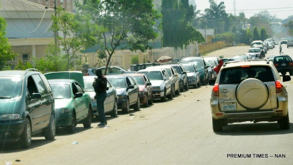 Long queue vehicles at the Central Area in Abuja as the fuel scarcity on Friday (22/12/17). 06991/22/12/2017/Johnson Udeani/NAN