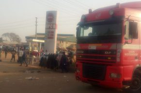 Tanker supply for NIPCO filling station, Kawo, was seen arriving at the station for discharge, as motorist who sighted the truck already started queuing even before the discharge commenced. [Photo credit: Garba Muhammad]
