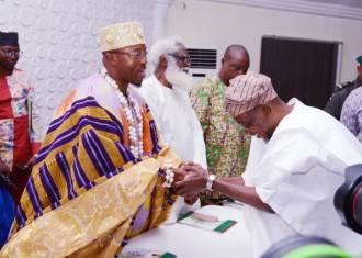 Oluwo of Iwo, Oba Akanbi receiving his award