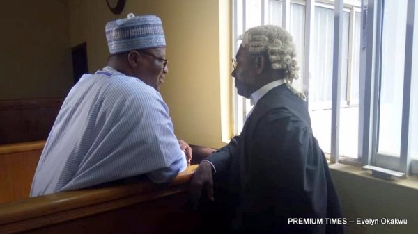 Joshua Dariye speaking to his lawyer in s seaming attempt to back journalists