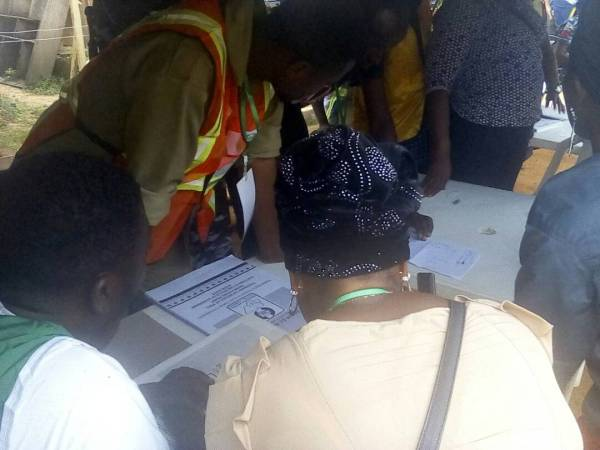 Party agents signing results in Unit 17, Ward 5 in osogbo LGA.