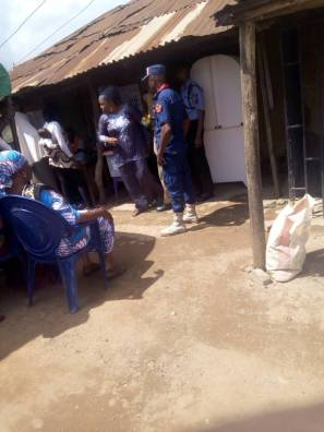 10:46am: Irepodun LG, Ward 3, Unit 3, voting exercise is going well. The above picture shows a police officer standing very close to the polling booth to ensure that phones aren't allowed at the booth.