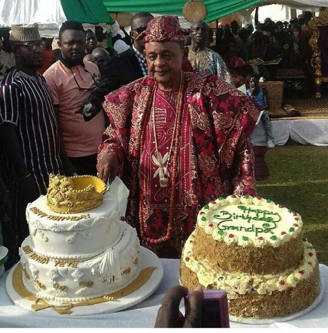 Alaafin cutting his 80th birthday cake