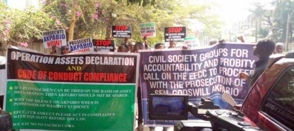 Protesters at the EFCC to demand probe of former governor of Akwa Ibom, Godswill Akpabio