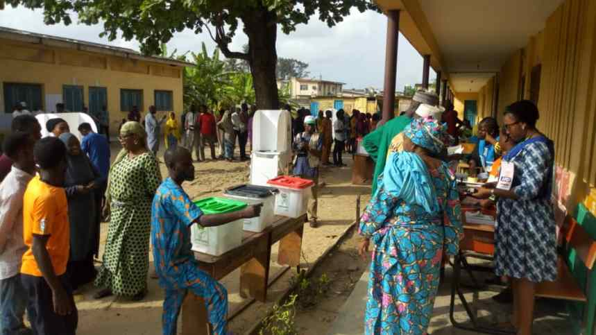 9:24am Ward 09 VP 1-3, PU002, State gramme school, Eric Moore Surulere LGA, Lagos Central Senatorial District, Lagos state. Election materials INEc official and voters are on ground. The election has started in full-scale cubicles are well secure. Min. BABATUNDE FASHOLA 'S POLLING UNIT