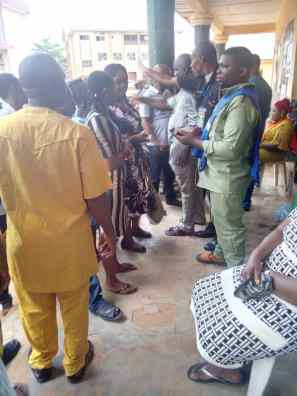 12:52pm PU 003 Umudim central School, Nnewi north, Anambra State, card reader currently not working, the presiding officer alongside the police officer urging the voters to remain calm and maintain orderliness and provision for another card reader is being made