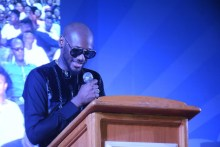 2Baba giving a speech after recieving his award