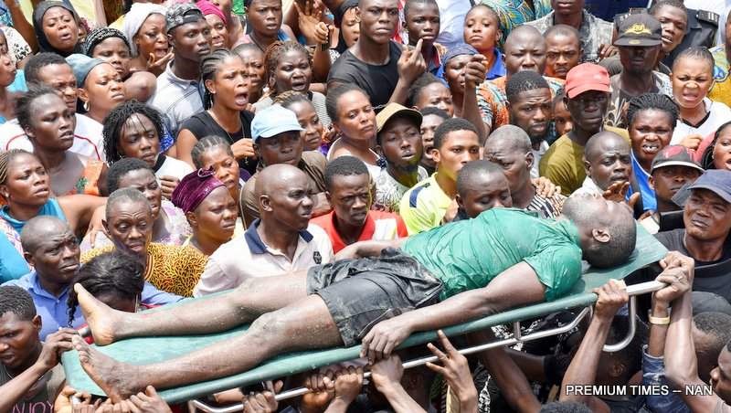 A rescue team carries a victim from the scene of a building, which collapsed at Itafaji on the Lagos Island on Wednesday (13/3/19). 02151/13/3/2019Kayode Oladapo/JAU/BJO/NAN