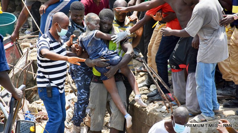 A child being rescued from the scene of a building, which collapsed at Itafaji on the Lagos Island on Wednesday (13/3/19). 02149/13/3/2019Kayode Oladapo/JAU/BJO/NAN