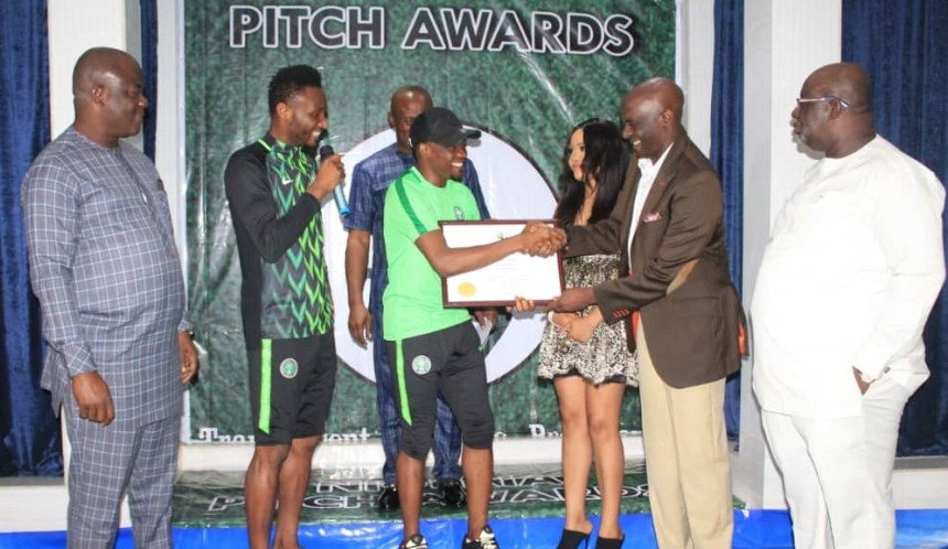 Ahmed Musa receiving his award at the Nigeria Pitch Awards