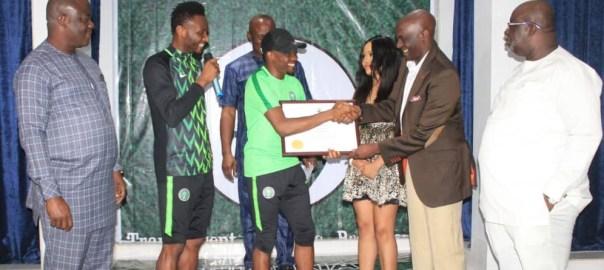 Ahmed Musa receiving his award at the Nigeria Pitch Awards