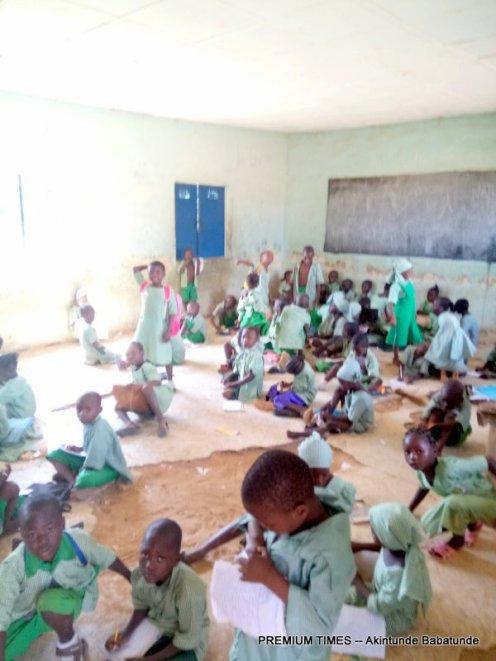 Pupils sitting on the floor in Akwanga Pilot Primary School (Nasarawa)