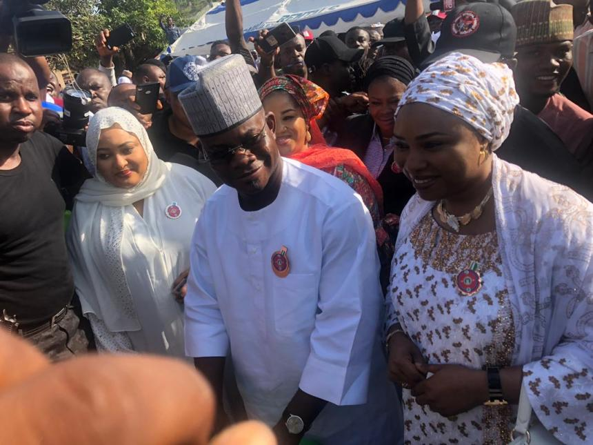 8:45am: Governor Yahaya Bello casts his vote at Okene-Eba/Agassa/Ahache Ward, Unit 11, Okene Local Government