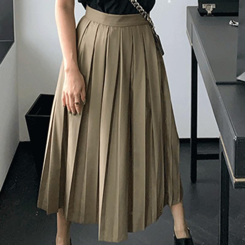 Pleated skirt: [PHOTO: Jessica Buurman]