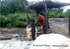 Jacking of cassava water during garri process @ Olorunda