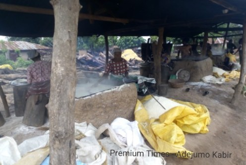 Women processing garri @ Olorunda