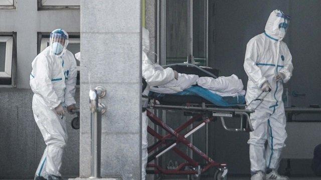 Doctors moving a Coronavirus patient [Photo: AFP]