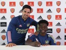 Bukayo Saka signing a contract extension [PHOTO CREDIT: @BukayoSaka87]