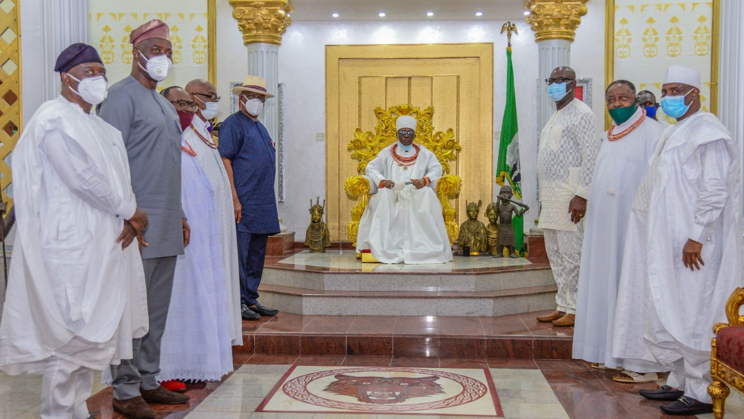 Benin Monarch, His Royal Majesty Omo N' Oba N' Edo, Uku Akpolokpolo, Ewuare II with governor Godwin Obaseki and his PDP counterparts  [PHOTO CREDIT: @GovernorObaseki]