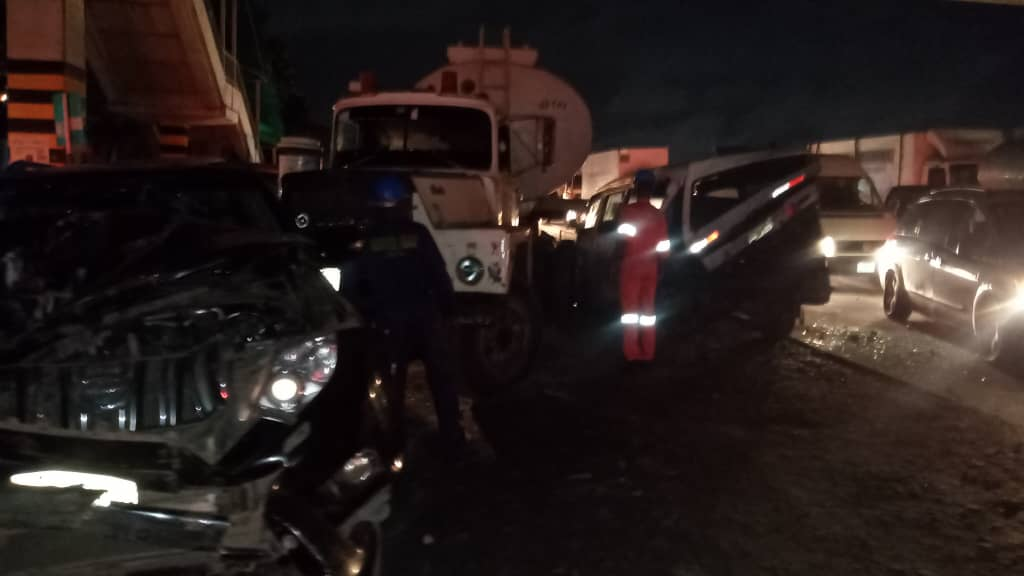 Tanker loses control and collides with five vehicles