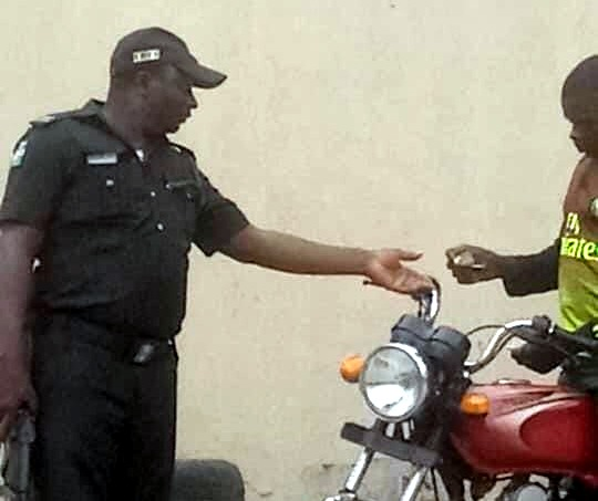Police officer caught on camera extorting motorcyclist.