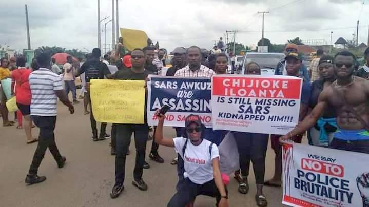 Protesters block Anambra Govt House, Enugu-Onitsha highway