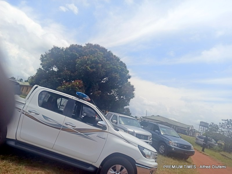 Peace meeting ongoing at the local government secretariat with vehicles parked outside. (Photo Credits: Alfred Olufemi)