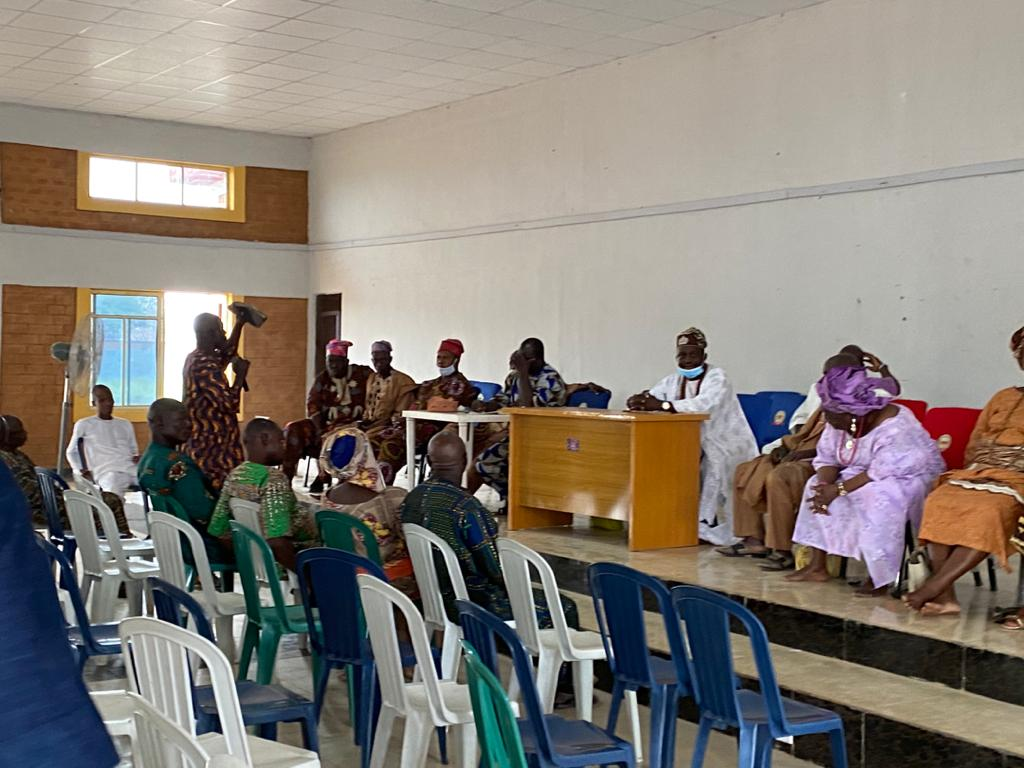 A scene of a crisis resolution meeting chaired by the monarch of Imeko at the