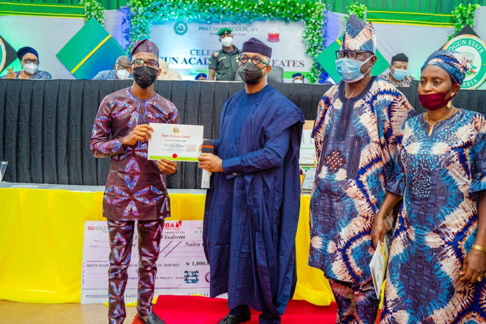 Mr Oladimeji Shotunde, an indigene of Ogun State who recently emerged Best Graduating Student of the Lagos State University, was awarded a 2-bedroom bungalow and a 2million Naira cash prize.