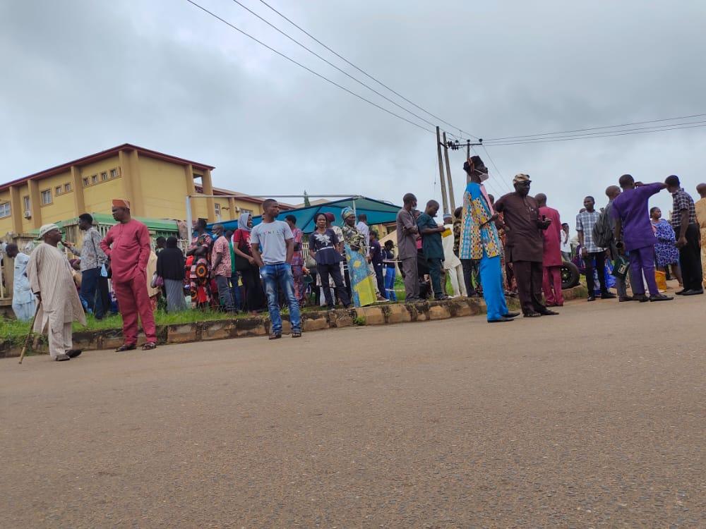 Ogun pensioners protesting at the state secretariat. [PHOTO CREDIT: Olasunkanmi Akinlotan]