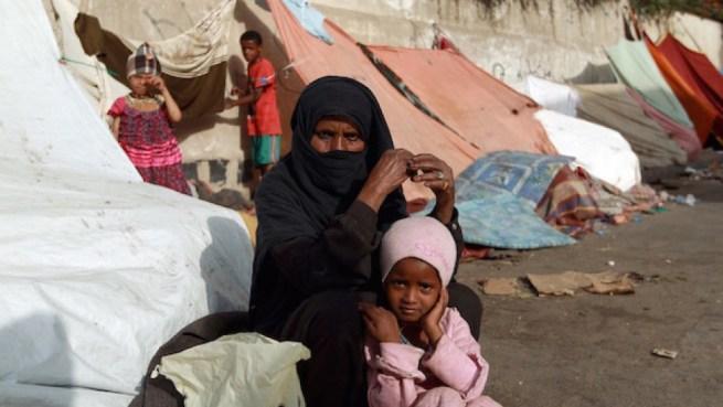Image result for Yemenis fleeing Hodeidah Cram into temporary shelter