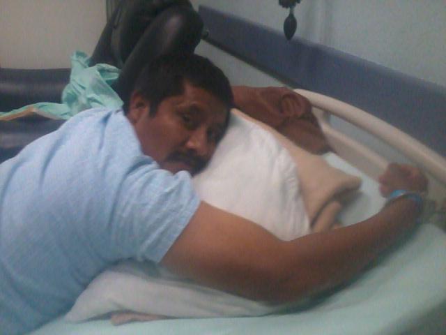 Fotografía donde aparece Patishtán esposado a su cama en el hospital en octubre de 2012. Foto: Especial