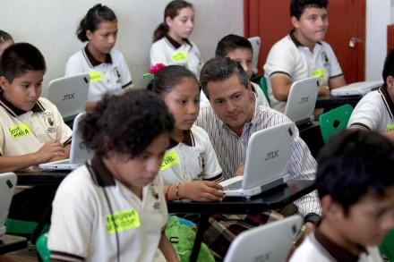 Peña con los alumnos. Foto: Presidencia